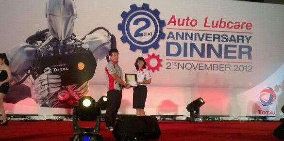 Ben Qua receiving the HSE Award from Ms.Ooi Lay Leng of TOTAL OIL MALAYSIA Sdn Bhd.