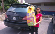 KEGANI GIVING OUT RAYA HAMPER